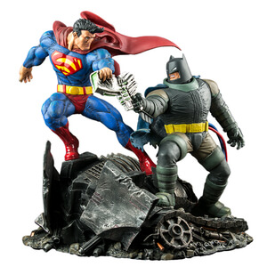 DC Collectibles The Dark Knight Returns: Superman v Batman Statue