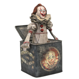Statuetta diorama in PVC di Pennywise in una scatola, da It - Capitolo due, Diamond Select - 23 cm