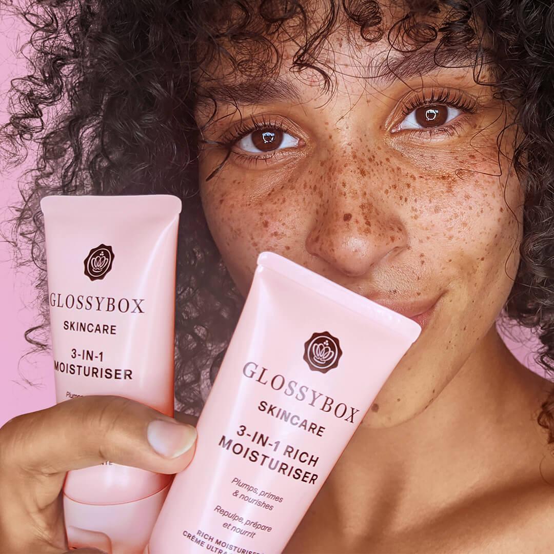 Model som visar upp GLOSSYBOX Skincare-kollektionen