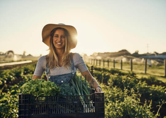 une femme qui tient des légumes dans un panier