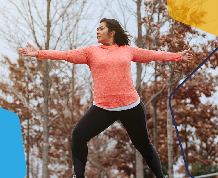 Une femme qui s'exerce dans un parc