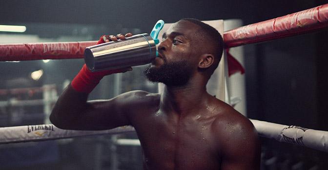 Boxeador bebiendo agua