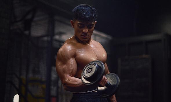 chico entrenando biceps