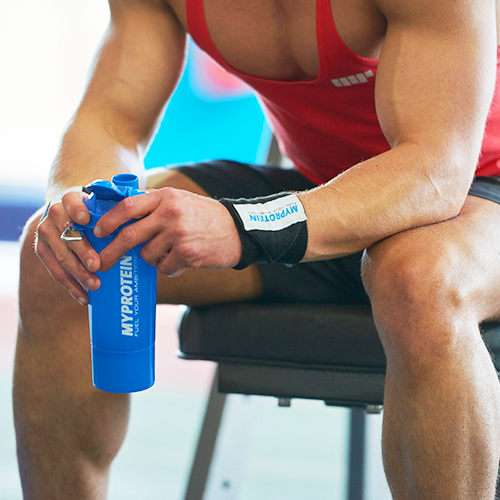 muškarac s sportaš obnavljanje proteinom miješalici