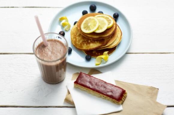 Frullato al Cioccolato Barretta Yogurt e Marmellata alla Fragola Pancake al Limone